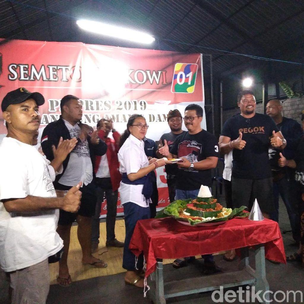 Jokowi Raih 90% di Bali Versi QC, Relawan Potong Tumpeng dan Joget Bumbung