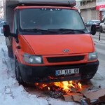 Mesin Mati karena Dingin, Mobil Ini Dipanasi Pakai Api Unggun