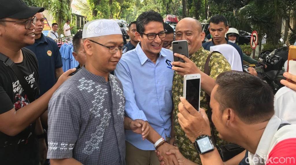 Sambil Sapa Pendukung, Sandiaga Merapat ke Rumah Prabowo