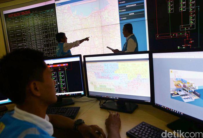 Petugas PLN Disjaya melakukan monitoring pasokan listrik di ruang Distribution Control Center (DCC), Jakarta Pusat, Senin (22/4/2019).
