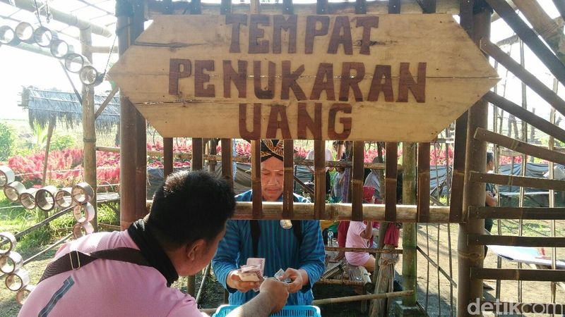 Setiap pengunjung yang datang harus menukar uang rupiah dengan dit pring atau uang dari bambu yang digunakan untuk transaksi di pasar yang hanya buka setiap hari Minggu pukul 05.00 hingga 11.00 WIB ini (Rinto Heksantoro/detikcom)