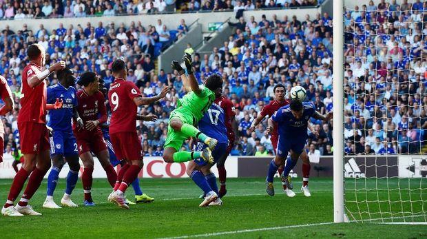Sundulan Sean Morrison melenceng ke sisi kiri gawang Liverpool. (