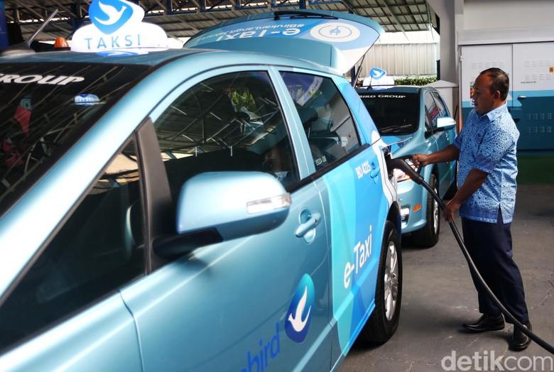 Bluebird mengoperasikan armada taksi listrik pertama. Bluebird menggunakan merk BYD e6 A/T sedangkan Silverbird, Tesla Model X 75D A/T.