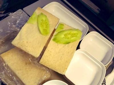 Sedih Amat, Sandwich di Pesawat Ini Isinya Cuma Mentimun
