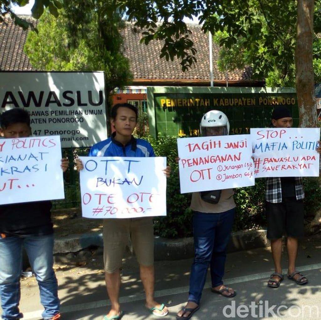 Mahasiswa Demo Tuntut Bawaslu Berani Tuntaskan Kasus Money Politic