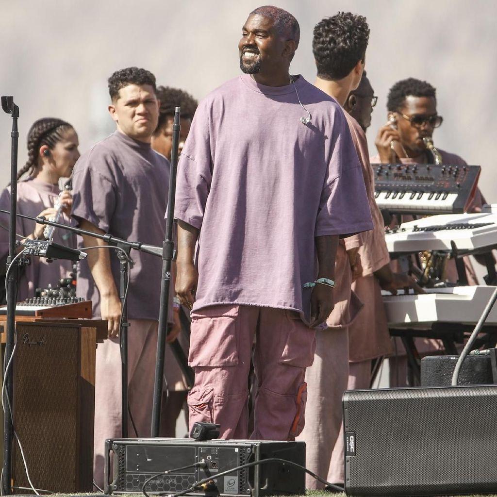 Kanye West Nyanyikan Lagu Baru di Panggung Sunday Service Coachella