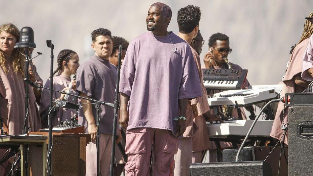Kanye West Jual Baju Untuk ke Gereja di Coachella, Harga Mahal Tapi Laris