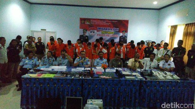 Gerombolan WNA Taiwan buronan interpol dibekuk di Semarang.