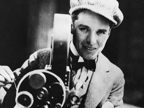 Penampilan Charlie Chaplin tanpa kumis khasnya.