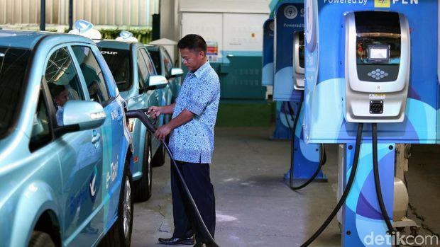 Sopir taksi mengisi baterai mobil listrik BYD