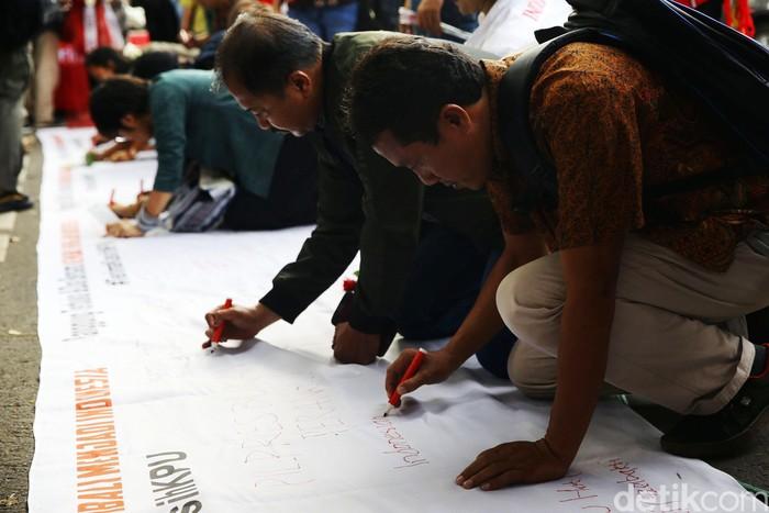 Foto ilustrasi: Orang-orang meneken petisi secara langsung. (Grandyos Zafna/detikcom)