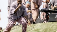 Kanye West melakukan Sunday Service di hamparan padang rumput di sana. Rich Fury/Getty Images for Coachella