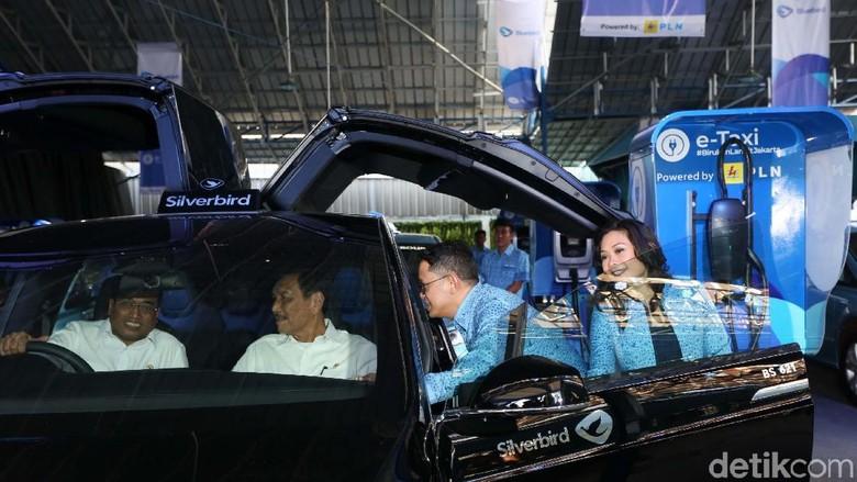 Menhub Budi Karya Sumadi dan Menko Bidang Kemaritiman Luhut Binsar Pandjaitan mencoba taksi listrik Tesla Model X dari Blue Bird. Foto: Agung Pambudhy