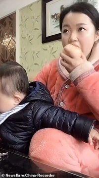 Ibu Ini Punya Cara Lucu Agar Anaknya Tak Mencuri Makanannya