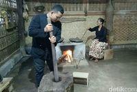 Kopi Jaran Goyang dari Desa Kemiren Disangrai dengan Cara Tradisional