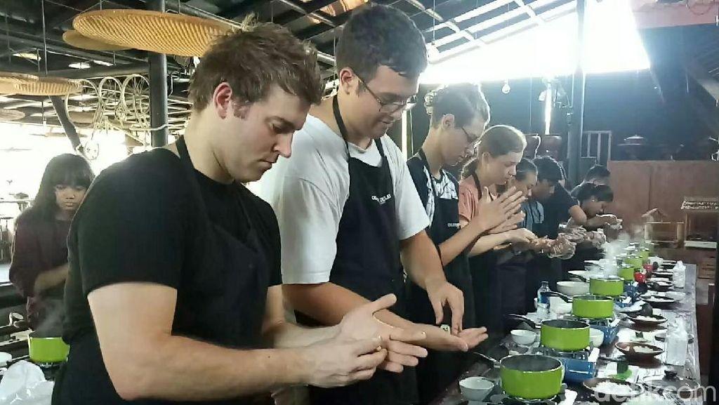 Bule Belajar Masak Pecel Pitik dan Klepon Banyuwangi: Its So Hard