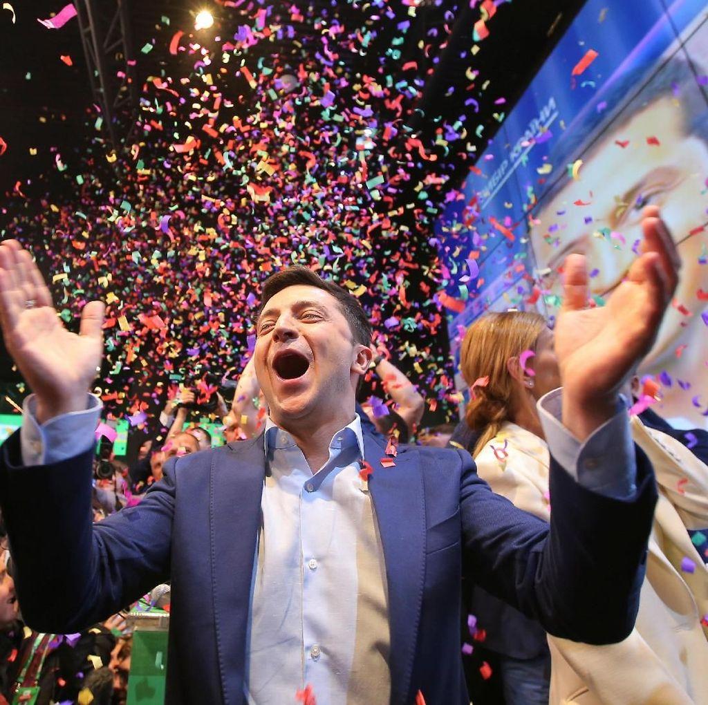 Dilantik Jadi Presiden, Komedian Ukraina Jalan Kaki ke Parlemen dan Selfie