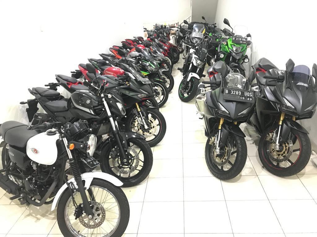 Aneka motor bekas terpajang di showroom motor bekas rumahan Jakarta Motorsport yang terletak di belahan Jakarta bagian barat.