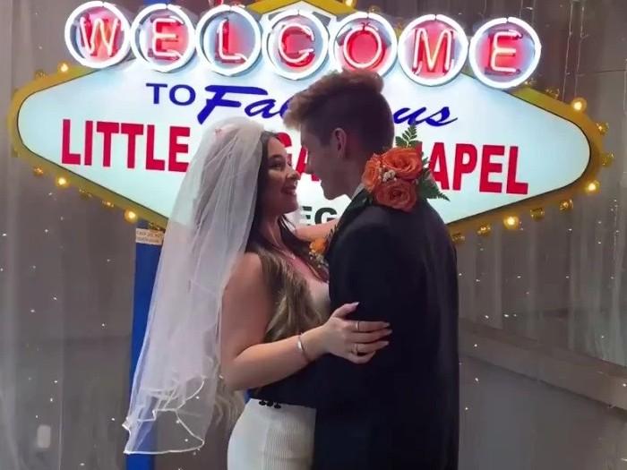 Youtuber Danielle Cohn dan Mikey Tua pura-pura menikah di Las Vegas. Foto: Screenshot YouTube/ Dani Cohn