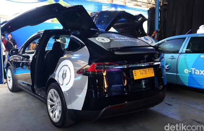 Berapa Tarif Naik Taksi Listrik Tesla Bluebird