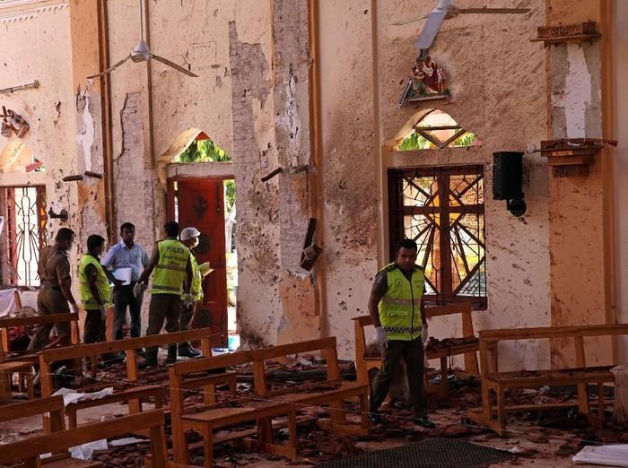 Situasi di dalam Gereja St Sebastian di Sri Lanka usai ledakan bom terjadi. (Foto: REUTERS/Athit Perawongmetha)