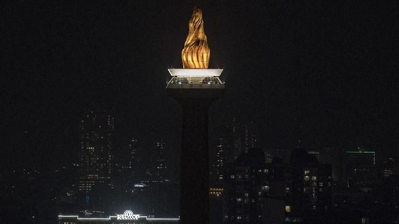 Suasana Monas yang penerangannya dipadamkan saat berlangsung Earth Hour di Jakarta, Sabtu (30/3/2019). Sejumlah monumen di Ibu Kota penerangannya dipadamkan pada pukul 20.30-21.30 WIB guna memperingati Earth Hour 2019. ANTARA FOTO/Sigid Kurniawan/foc.