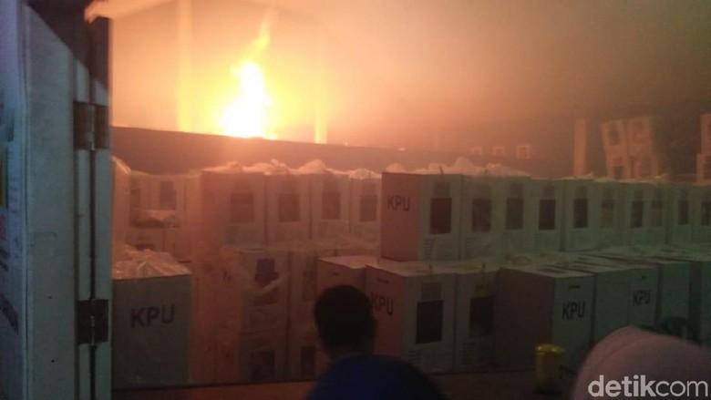 Warga Temukan Bensin Saat Gudang Kotak Suara di Sumbar Terbakar