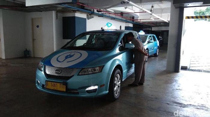 Layanan taksi listrik ini mulai tersedia untuk melayani masyarakat per Mei 2019. Pada badan mobil terdapat logo colokan listrik untuk merepresentasikan mobil listrik.Foto: Trio Hamdani