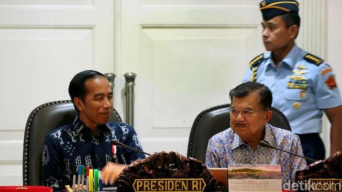 Presiden Jokowi dan Wapres JK dalam rapat terbatas. (Foto: Rengga Sancaya)