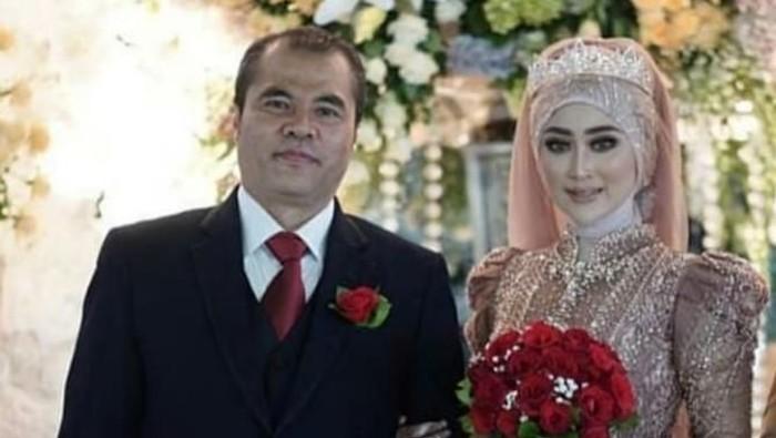 Momen Aceng Fikri bersanding dengan istrinya yang beda 16 tahun. Foto: istimewa