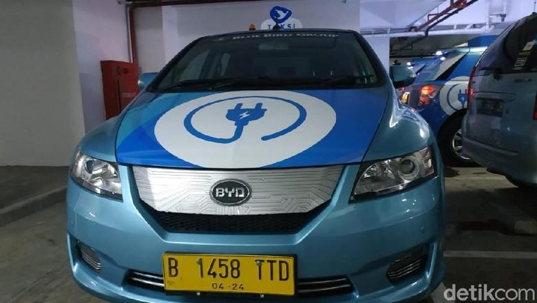 Taksi Listrik BYD e6 Foto: Ridwan Arifin