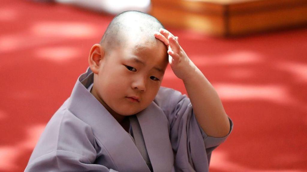Ekspresi Gemas Para Biksu Cilik Sambut Waisak di Korea Selatan