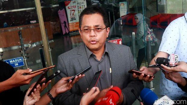 Sekjen DPR Indra Iskandar memenuhi panggilan KPK terkait kasus suap eks Ketum PPP Romahurmuziy. Dia dipanggil sebagai saksi untuk Rommy.