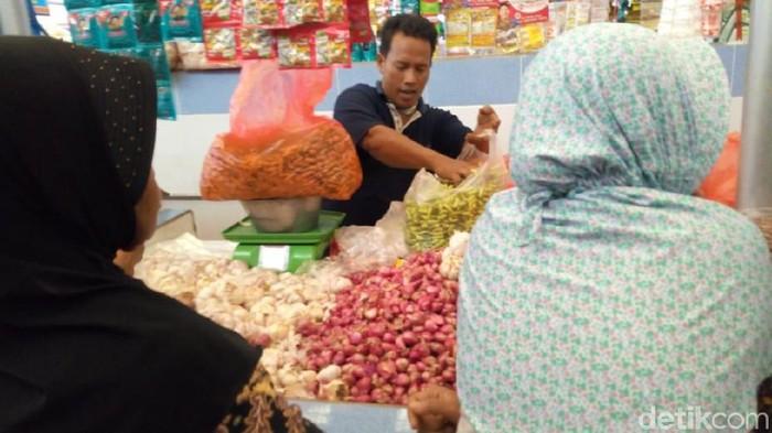 Warga belanja di Pasar Bungkal Ponorogo/Foto: Charolin Pebrianti