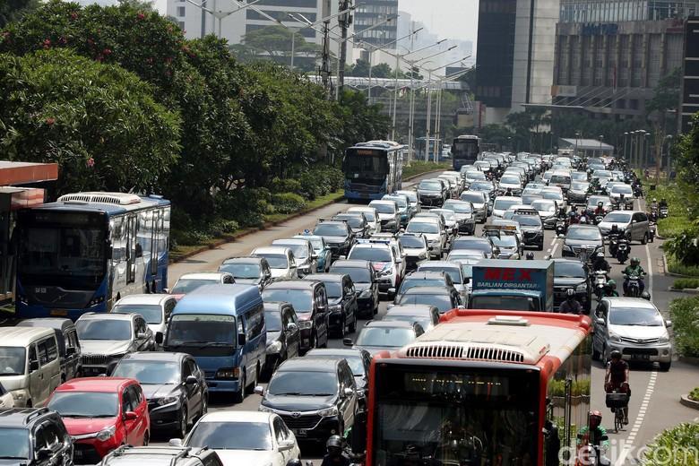 Sudah tiga minggu MRT Jakarta beroperasi komersial. Lalu seperti apa dampaknya bagi jalanan ibu kota? Yuk, lihat.