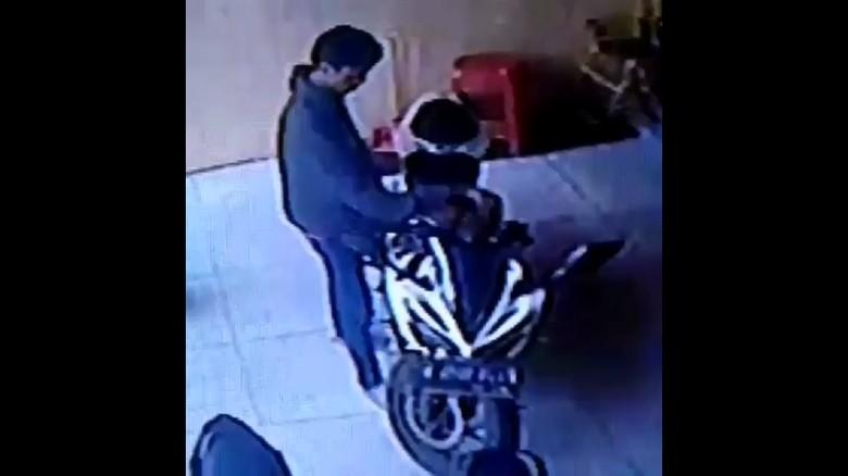 Aksi Pencurian Motor Sport di Indekos di Bekasi Terekam CCTV