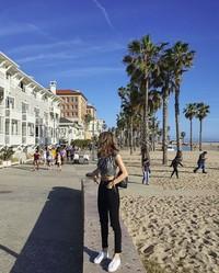Nih gayanya Lisa berfoto di sana. (lalalalisa_m/Instagram)