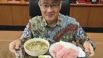 Gaya Makan Nyentrik nan Kocak Dubes Jepang untuk Indonesia