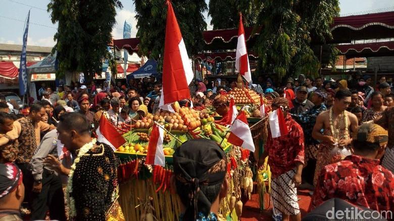 Meriahnya Warga Berebut Gunungan Garebek Pasar di Semarang