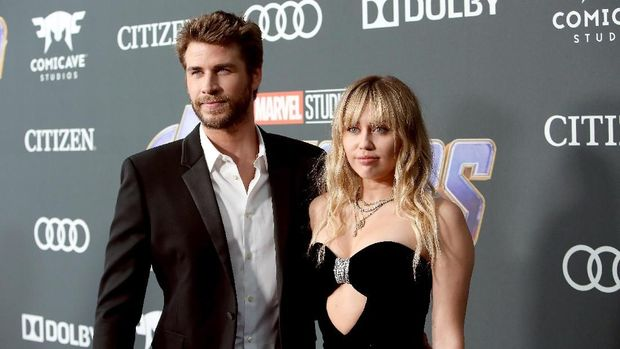 LOS ANGELES, CA - APRIL 22:  (L-R) Liam Hemsworth and Miley Cyrus attend the Los Angeles World Premiere of Marvel Studios'