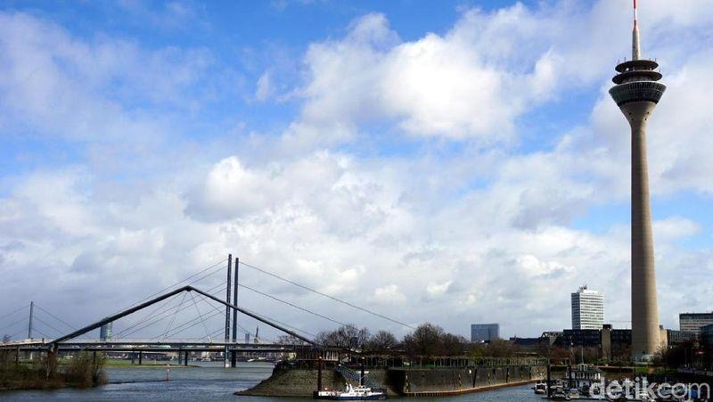 Rhineturm adalah bangunan tertinggi di Kota Dusseldorf. Ketinggiannya mencapai 240,5 meter. Dari puncaknya, bisa melihat seisi Kota Dusseldorf. (Wahyu Setyo/detikcom)