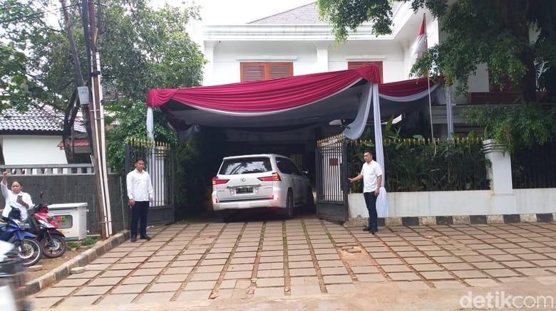 Disambut Teriakan Pendukung, Prabowo Tiba di Kertanegara