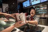 Betah Banget! Wanita Ini Sudah 41 Tahun Bekerja di Restoran Cepat Saji