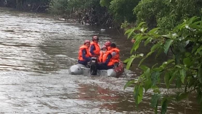 Seorang Bocah Hilang Terseret Arus Saat Renang di Kali Ciliwung
