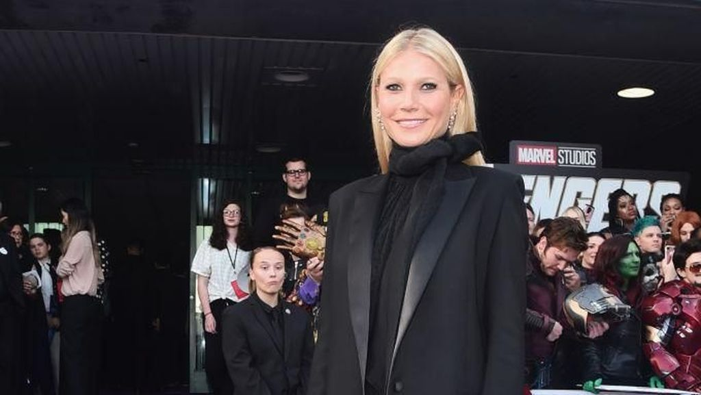 Gwyneth Paltrow Dikriktik Setelah Posting Foto Yoga Tanpa Busana