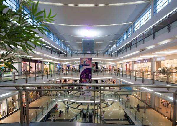 Mal ini terdiri dari 4 lantai dan menampung 350 toko ritel, food court, fun zone, dan tempat parkir. Parkirannya 2 lantai dan mampu menampung 2.200 kendaraan. Adapun luas ttal mal ini adalah 350.000 meter persegi. (Al Qasr Mall/Facebook)