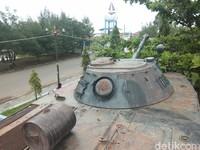 Ada lusinan alutsista lain yang dipajang rapi di taman berbentuk kapal ini seperti kendaraan tempur panser BRDM yang juga buatan Uni Soviet, artileri meriam, ranjau laut, torpedo, rudal anti pesawat, bouyance, jangkar, dan pesawat udara Nomad N-22 (Muhammad Idris/detikcom)