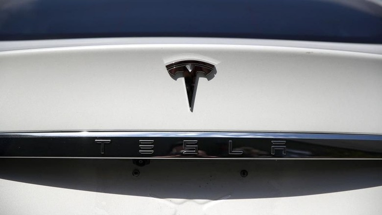 CORTE MADERA, CA - AUGUST 02:  The Tesla logo appears on a brand new Tesla Model S on August 2, 2017 in Corte Madera, California. Tesla will report second-quarter earnings today after the closing bell.  (Photo by Justin Sullivan/Getty Images)