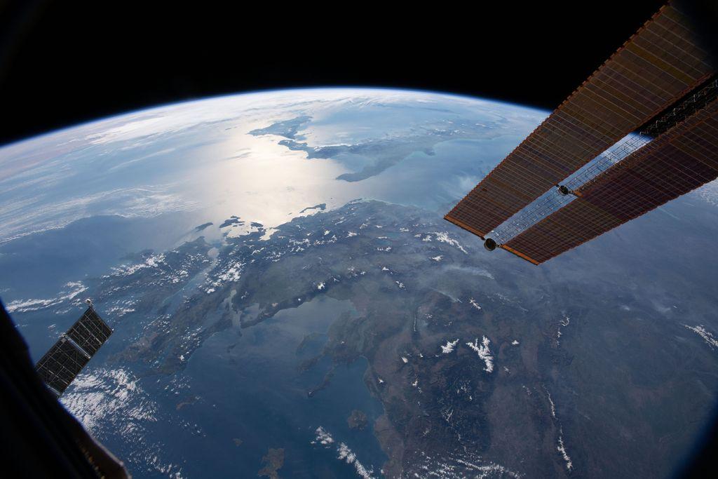 Foto yang berasal dari International Space Station memperlihatkan wilaya Yunani, Italia dan pulau Sisilia. Foto: NASA