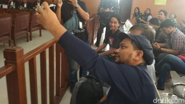 Tompi-Rocky Gerung Selfie Bareng Sebelum Bersaksi di Sidang Ratna Sarumpaet